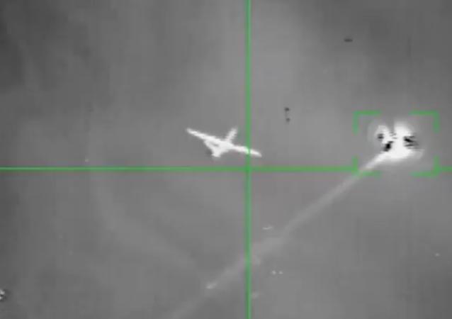 Veículo aéreo não tripulado, supostamente um MQ-9 Reaper dos EUA, dispara projétil antes de ser atingido por um míssil antiaéreo dos houthis. Não está claro se o drone disparou sua própria arma ou um foguete defensivo
