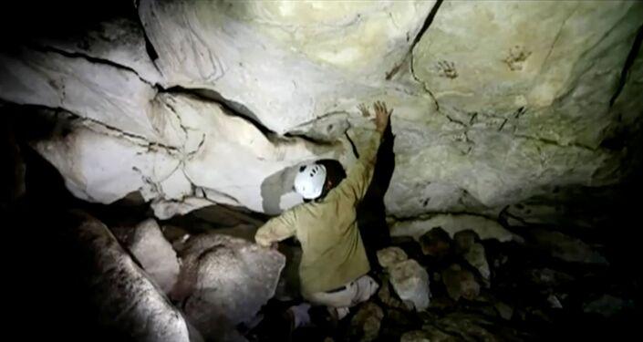 Arqueólogo Sergio Grosjean explora uma caverna com marcas de mãos, datada de 1.200 anos, no México