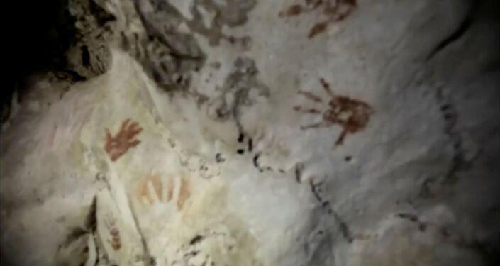 Marcas de mãos, datadas de 1.200 anos, encontradas nas paredes de uma caverna no México