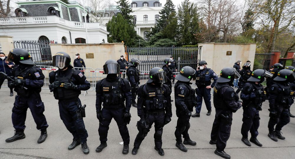 Policiais no exterior da embaixada russa durante protesto contra suposto envolvimento dos serviços secretos russos em explosão de depósito de munições em Vrbetice em 2014, Praga, República Tcheca, 18 de abril de 2021