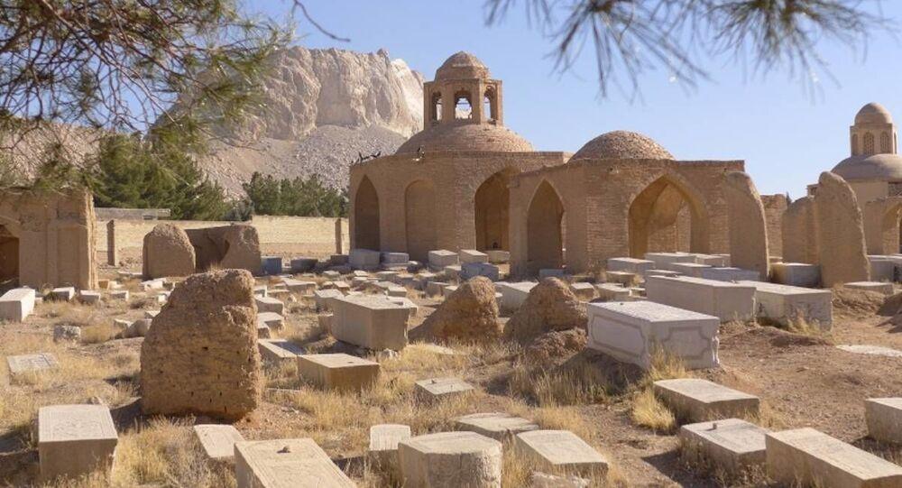 Vista do cemitério Sera bat Asher em Pir Bakran, no Irã