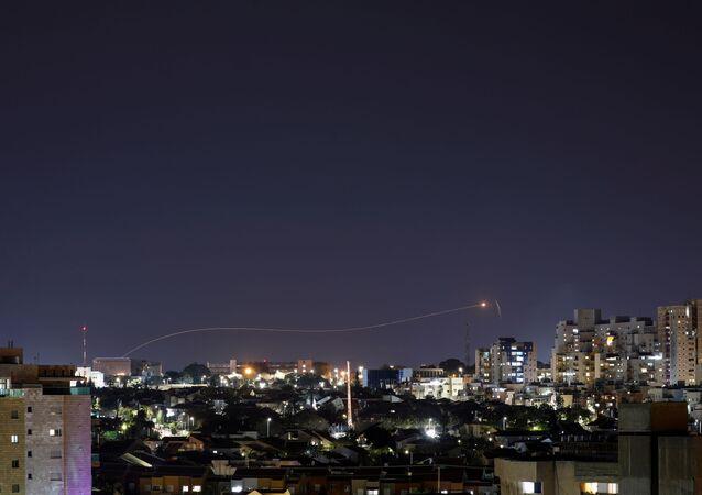 Sistema Cúpula de Ferro dispara míssil interceptor durante lançamento de foguete desde Gaza em direção a Israel, visto da cidade de Ashkelon, Israel, 24 de abril de 2021