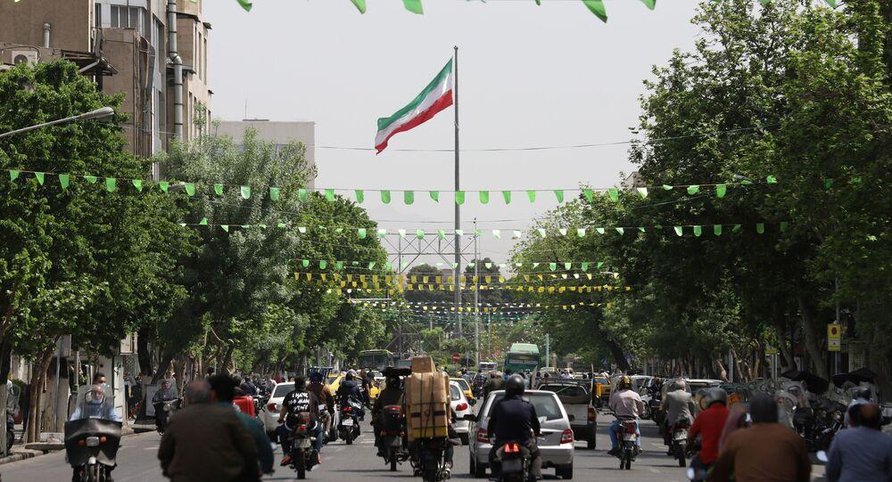 Panorama de rua em Teerã após o aperto das restrições para conter a onda de novos casos da COVID-19, Irã, 10 de abril de 2021