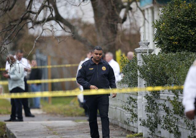 Em Nova Orleans, a polícia local investiga a cena após um ataque contra um policial, em 26 de janeiro de 2016