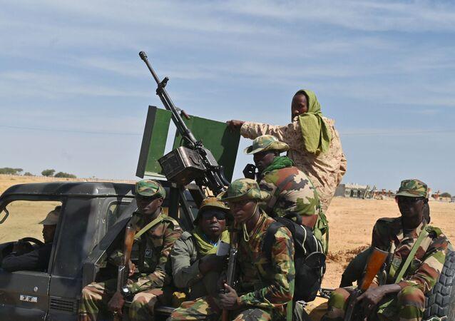 No Níger, soldados nigerinos patrulham área na região do aeroporto de Diffa, no sudeste do país, perto na fronteira com a Nigéria, em 23 de dezembro de 2020