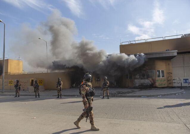 Soldados iraquianos instalados em frente à Embaixada dos Estados Unidos em Bagdá, em 1º de janeiro de 2020, após confrontos