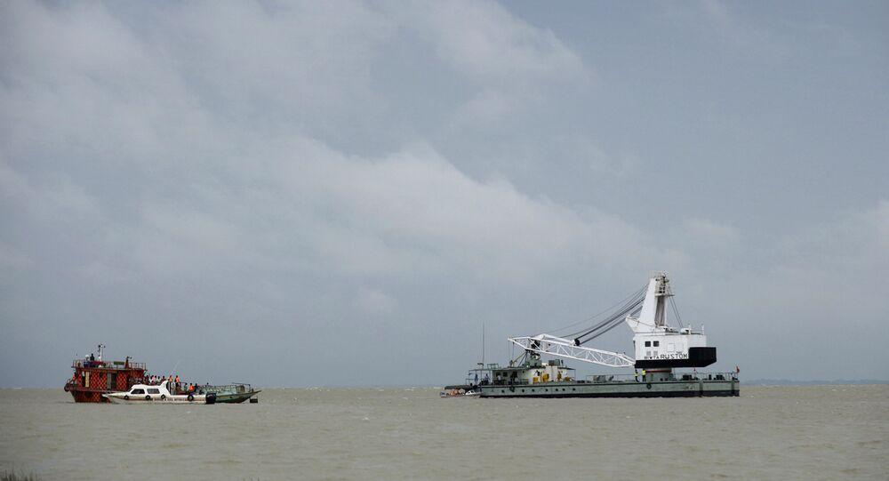 Equipes de resgate buscam por desaparecidos após acidente no rio Padma, em Munshiganj, ao sul de Daca, Bangladesh, em 5 de agosto de 2014