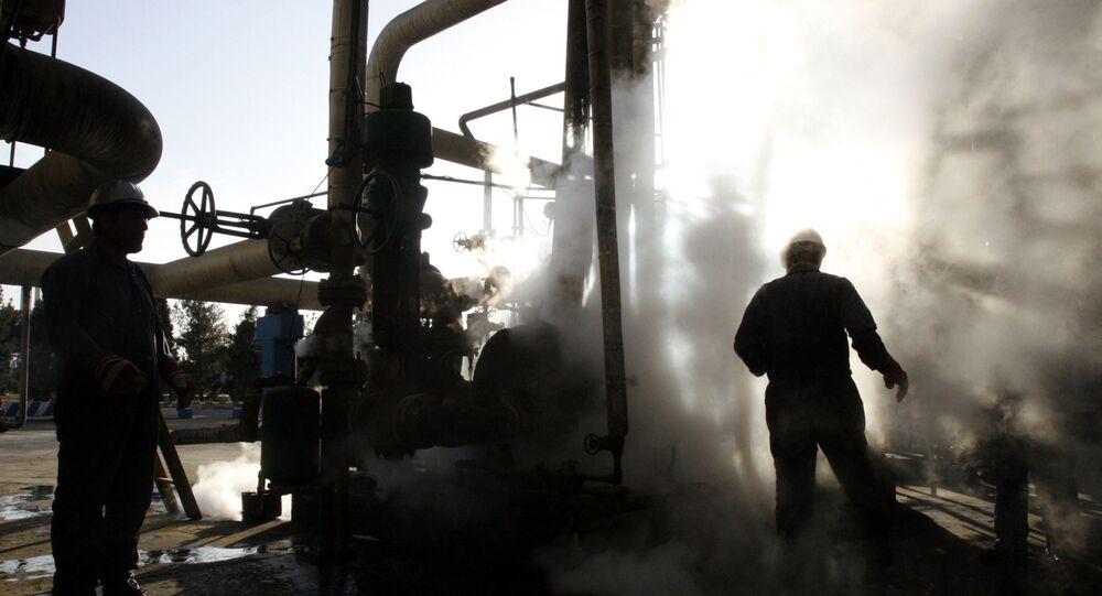 Trabalhadores reparam parte da unidade de uma petroquímica em Teerã, no Irã (imagem referencial)