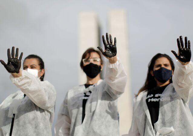 Enfermeiras realizam ato em memória dos agentes da Saúde mortos em decorrência da COVID-19, Brasília, 1 de maio de 2021