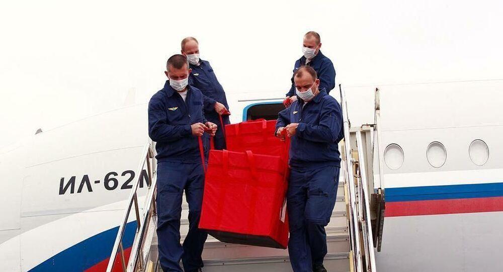 Pessoal de voo russo descarrega vacinas da vacina Sputnik V na Venezuela, em 2 de outubro de 2020.