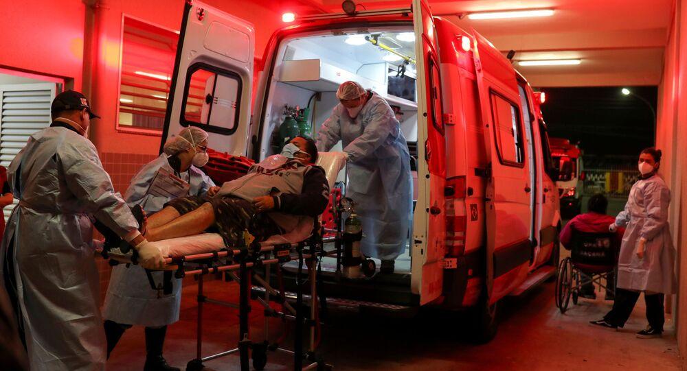 Profissionais de saúde transportam paciente de COVID-19 para um hospital, em São Paulo, no dia 3 de maio de 2021