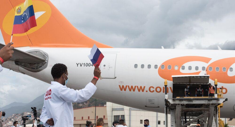 Em Caracas, na Venezuela, trabalhadores descarregam caixas com doses da vacina russa Sputnik V contra a COVID-19, em 13 de fevereiro de 2021