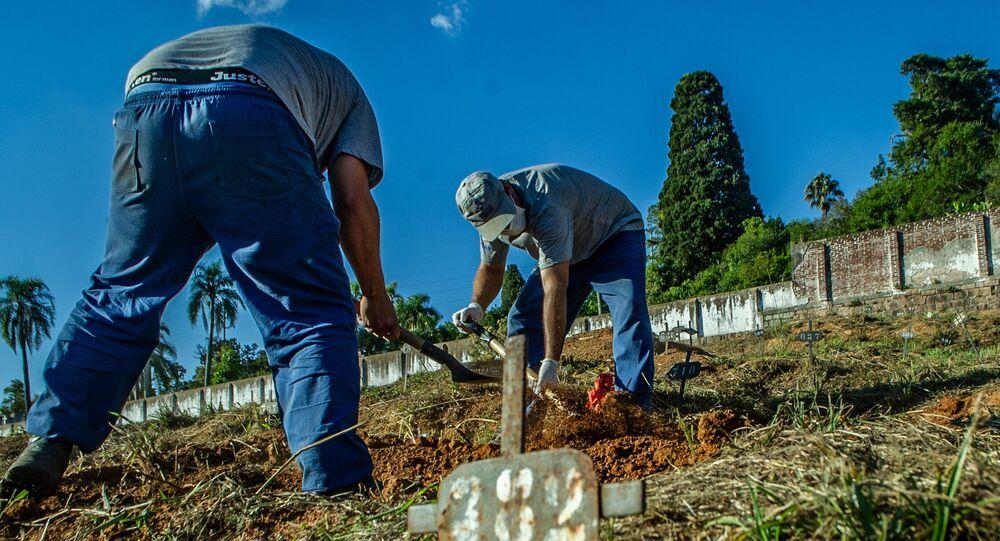 Funcionários de cemitério em Porto Alegre realizam enterro de vítima da COVID-19