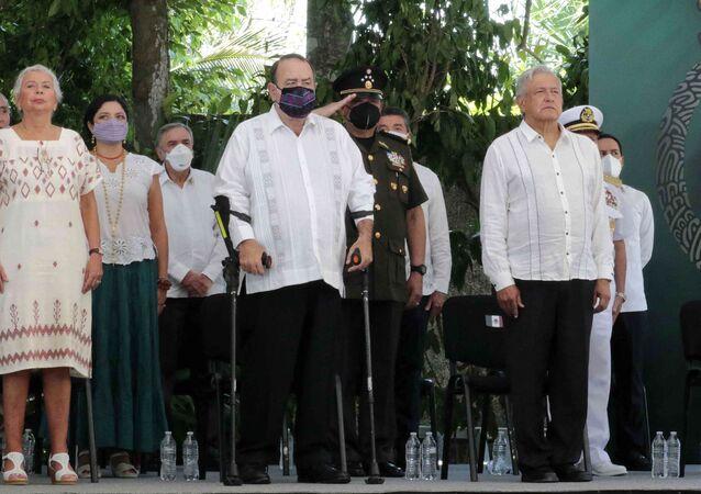 O presidente mexicano Andrés Manuel López Obrador (à direita), seu homólogo guatemalteco Alejandro Giammattei (centro) e sua secretária do Interior Olga Sanchez Cordero (esquerda) durante a cerimônia do pedido de perdão ao povo maia, em Felipe Carrillo Puerto, estado de Quintana Roo, no México, em 3 de maio de 2021