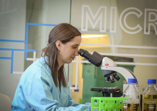 Integrante da equipe da Immunethep trabalha no laboratório da empresa portuguesa