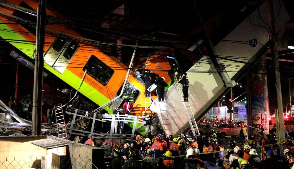 Equipes de resgate trabalham em um local onde o viaduto do metrô desabou parcialmente com vagões nele, Cidade do México, 3 de maio de 2021