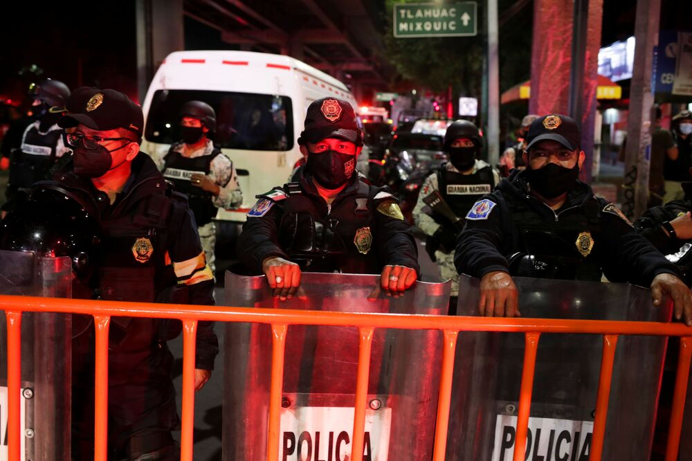Policiais vigiam perto do local do acidente onde o viaduto do metrô desabou na estação Olivos na Cidade do México, 4 de maio de 2021