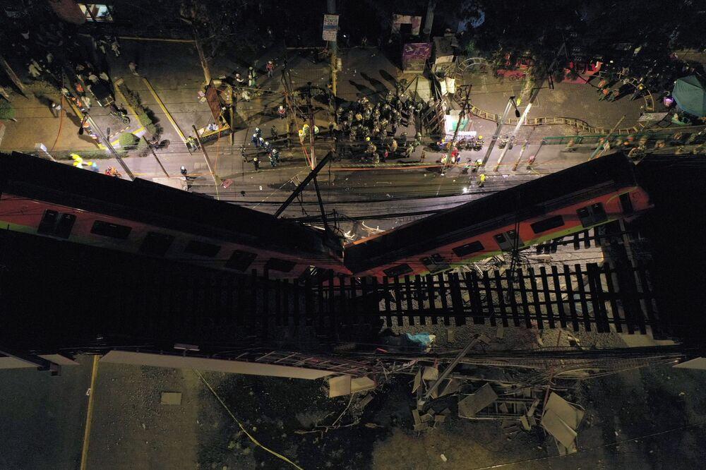 Vista aérea mostra equipes de resgate no local de desabamento do viaduto do metrô na Cidade do México, capital do México, 3 de maio de 2021