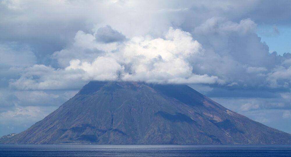 Gases de enxofre sendo expelidos de vulcão