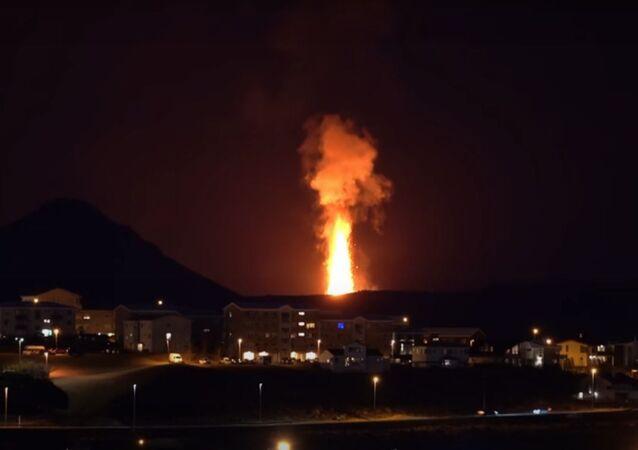 Explosão de lava atinge 300 metros de altura na Islândia