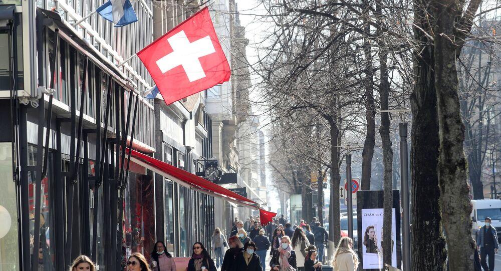 Pessoas passeiam pela rua na Suíça, 1 de março de 2021