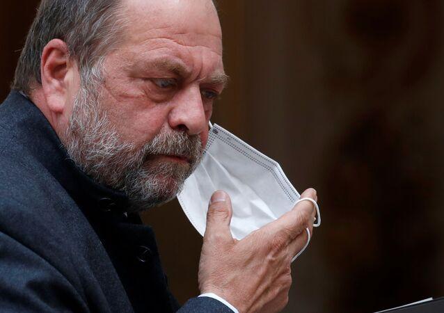 Em Paris, o ministro da Justiça da França, Eric Dupond-Moretti, retira sua máscara de proteção em meio à pandemia da COVID-19, após reunião no Palácio do Eliseu, em 28 de abril de 2021