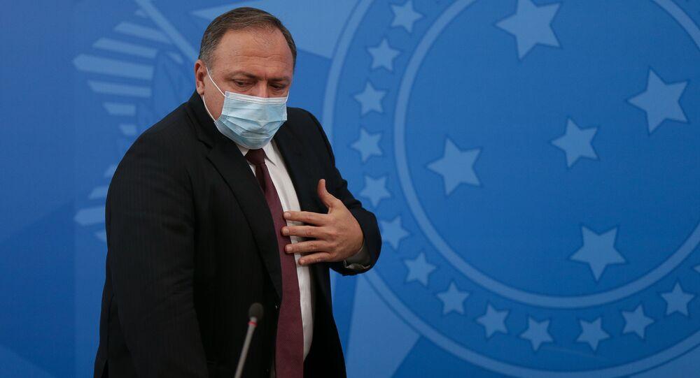 Em Brasília, o então ministro da Saúde brasileiro, Eduardo Pazuello, gesticula, em 7 de janeiro de 2021