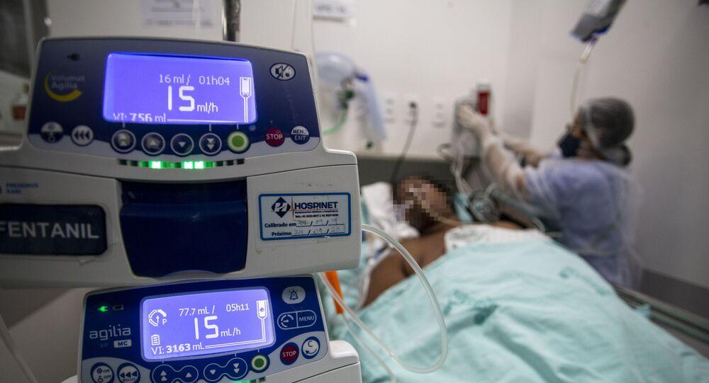 Em Londrina, no estado brasileiro do Paraná, profissional de saúde atende paciente de COVID-19 intubado, em 23 de abril de 2021