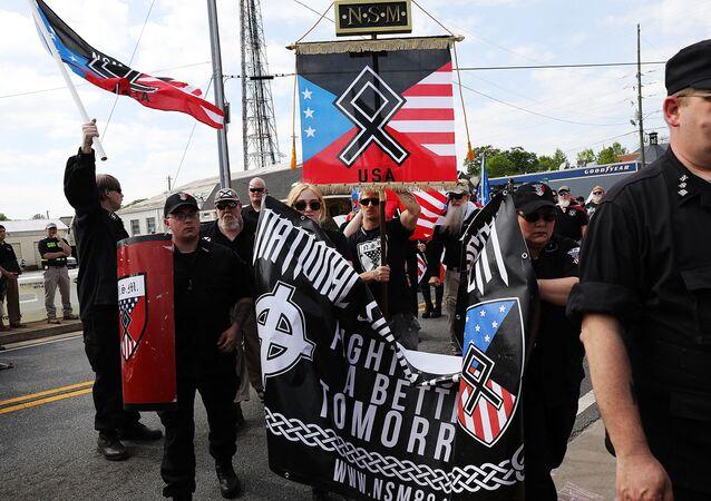 Membros e apoiadores do Movimento Nacional Socialista, um dos maiores grupos neonazistas dos Estados Unidos, realizam uma manifestação em 21 de abril de 2018 em Newnan, Geórgia