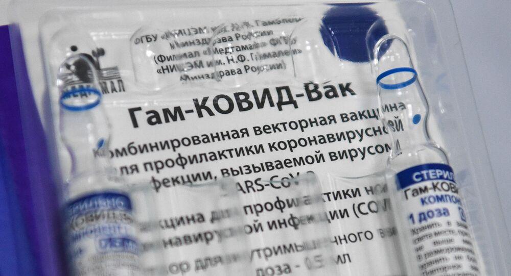 Um pacote da vacina russa Sputnik V, em foto de 30 de abril de 2021, em uma indústria automotiva em Novosibirsk, na Rússia