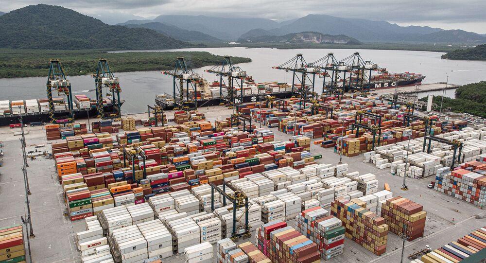 Fotos de um dos 55 terminais de carga do Porto de Santos, no litoral de São Paulo.