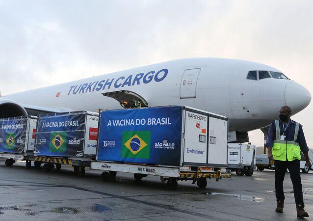 Insumos para produção da vacina CoronaVac chegam da China, no aeroporto Internacional de Guarulhos, em São Paulo