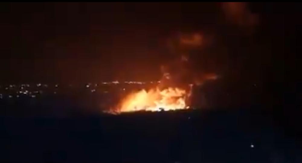 Captura de tela de um vídeo que supostamente mostra as consequências de um ataque de míssil contra a região síria de Latakia