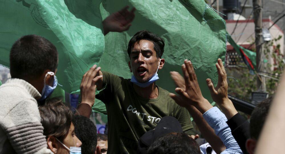 Apoiadores do grupo Hamas durante ato contra o adiamento das eleições palestinas, no campo de refugiados de Jebalia, Faixa de Gaza, Palestina, 30 de abril de 2021