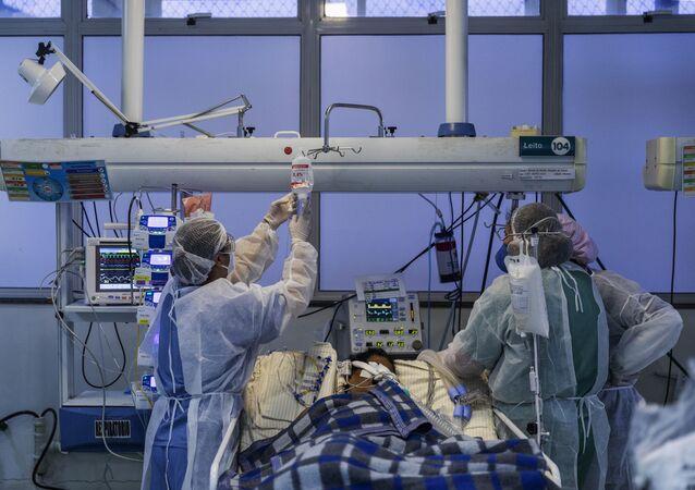 Em São Paulo, profissionais de saúde tratam pacientes com COVID-19 em UTI do Hospital Municipal Moyses Deutsch, em 2 de junho de 2020