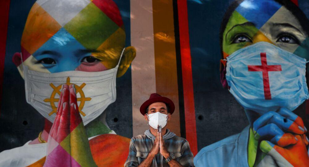 Artista Eduardo Kobra posa ao lado de seu novo mural em São Paulo, 5 de maio de 2021