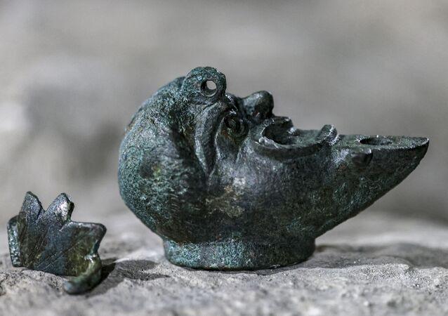 Lamparina de bronze descoberta em Israel