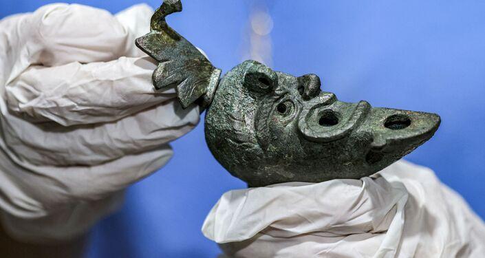 Rara lamparina de bronze em forma de rosto é descoberta em Israel