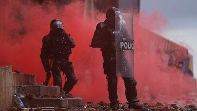 Polícia durante os protestos contra pobreza e violência policial em Bogotá, Colômbia, 5 de maio de 2021