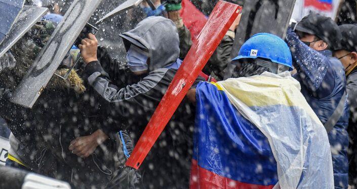 Manifestantes entram em conflito com a polícia de choque durante os protestos contra o governo de Iván Duque, Bogotá, Colômbia, 5 de maio de 2021