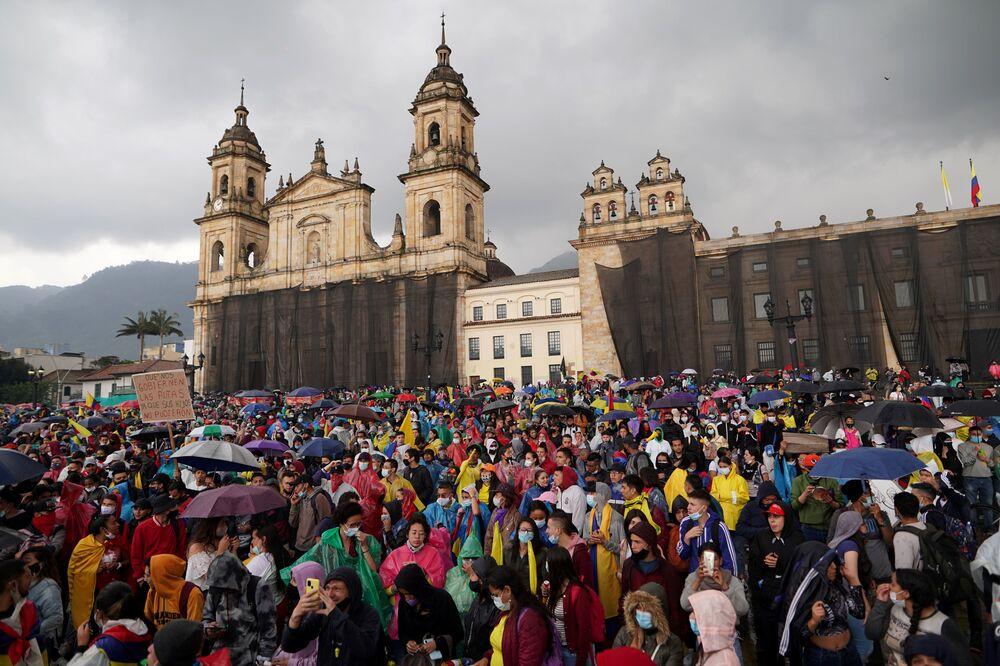 Manifestantes participam dos protestos contra pobreza e violência policial em Bogotá, na Colômbia, 5 de maio de 2021