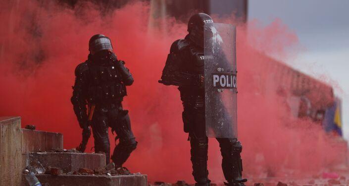 Policiais durantes manifestações antigovernamentais em Bogotá, Colômbia, 5 de maio de 2021
