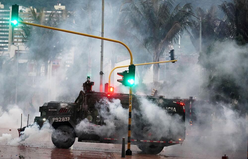 Veículo blindado da polícia durante os protestos contra a pobreza e violência policial em Bogotá, Colômbia, 5 de maio de 2021