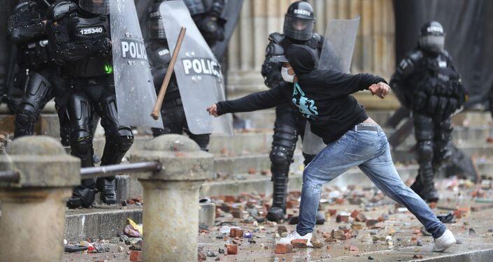 Confrontos entre os manifestantes e polícia durantes os protestos em Bogotá, Colômbia, 5 de maio de 2021