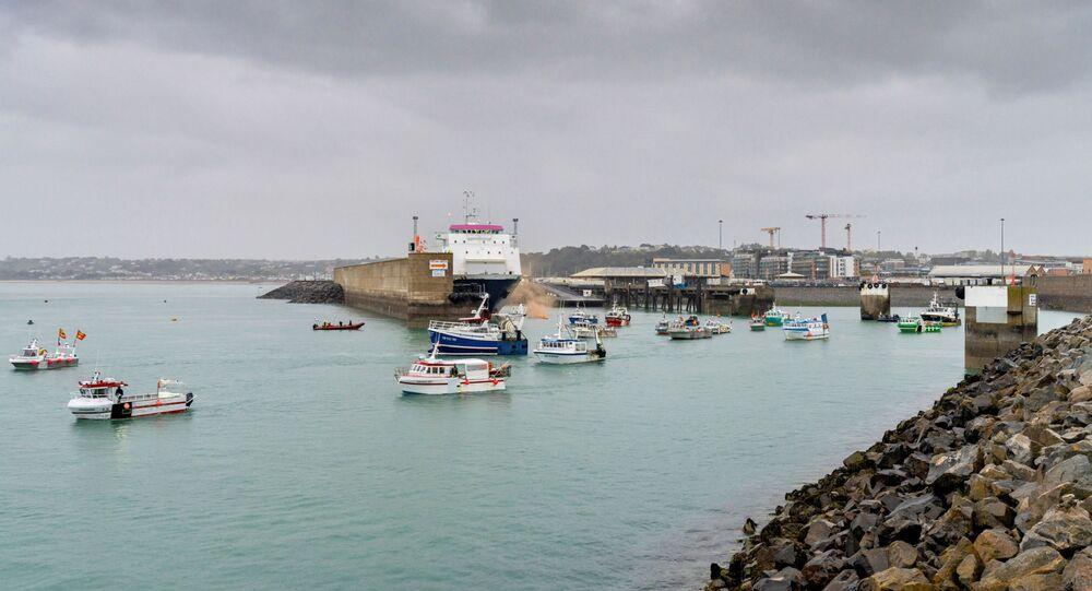 A frota pesqueira francesa é vista na entrada do porto em St Helier, ilha de Jersey, em 6 de maio de 2021.