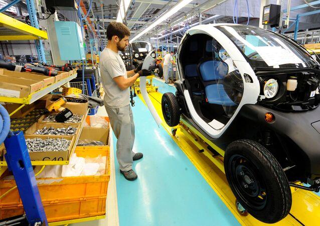 Funcionário trabalha na montagem de um carro elétrico da Renault em Valladolid, Espanha