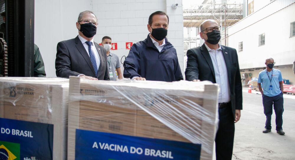 O governador de São Paulo, João Doria (PSDB), o secretário estadual da Saúde, Jean Gorinchteyn, e o diretor do Instituto Butantan, Dimas Covas, acompanharam a liberação do novo lote da vacina CoronaVac.