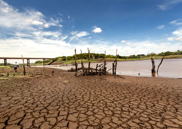 Estiagem longa provoca o esvaziamento do rio Paranapanema, na divisa dos estados de São Paulo e Paraná, baixando o nível de água do reservatório da Usina Hidrelétrica de Capivara. Vista geral de um dos braços do Rio Tibagi, afluente do Rio Paranapanema