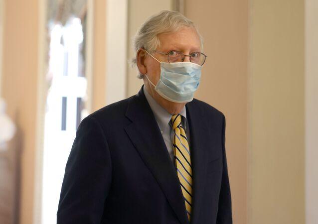 Mitch McConnell, líder da minoria republicana do Senado dos EUA, dirige-se ao Senado em Washington, EUA, 19 de abril de 2021