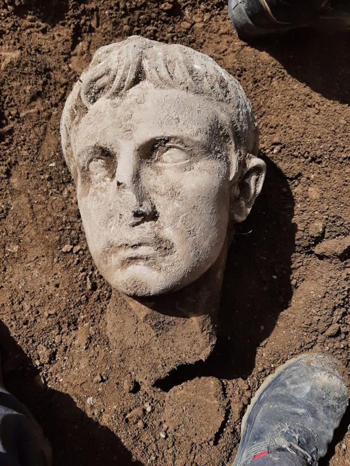 Cabeça de Augusto, primeiro imperador romano, descoberta durante a reforma das muralhas da cidade histórica de Isernia